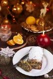 Concepto de la Navidad Torta hecha en casa de la Navidad con la decoración de la Navidad fotos de archivo