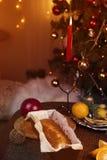 Concepto de la Navidad Torta hecha en casa de la Navidad con la decoración de la Navidad imagen de archivo libre de regalías