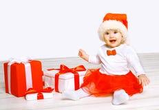 Concepto de la Navidad y de la gente - bebé feliz con los regalos Imagenes de archivo