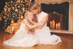 Concepto de la Navidad y de la gente - madre y niño felices Fotos de archivo libres de regalías