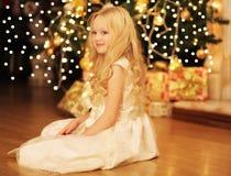 Concepto de la Navidad y de la gente - niña sonriente feliz Foto de archivo libre de regalías