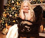 Concepto de la Navidad y de la gente - niña sonriente feliz Imagenes de archivo