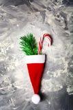 Concepto de la Navidad y del Año Nuevo con el sombrero rojo de Papá Noel, árbol de abeto y Imágenes de archivo libres de regalías
