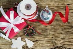 Concepto de la Navidad y del Año Nuevo de caja y de cinta rojas de regalo Foto de archivo libre de regalías