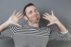 Concepto de la negligencia para la sonrisa cobarde del hombre 40s Fotos de archivo libres de regalías