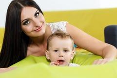 Concepto de la niñez y de la paternidad Fotografía de archivo libre de regalías