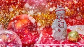 Concepto de la nieve del Año Nuevo de la Navidad Día de fiesta y celebración felices Muñeco de nieve con la decoración del árbol  Fotografía de archivo libre de regalías