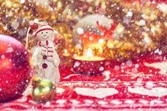 Concepto de la nieve del Año Nuevo de la Navidad Día de fiesta y celebración felices Muñeco de nieve con la decoración del árbol  Fotos de archivo