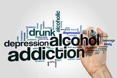 Concepto de la nube de la palabra de la adicción al alcohol en fondo gris Imagenes de archivo