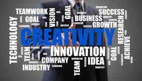 Concepto de la nube de la palabra de la creatividad mostrado por un hombre de negocios imagenes de archivo