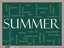 Concepto de la nube de la palabra del verano en una pizarra Fotos de archivo