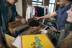 Concepto de la obra clásica de Oldschool de la música de la tienda del disco de vinilo que hace compras Imagen de archivo libre de regalías