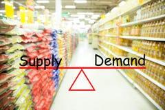 Concepto de la oferta y demanda, fondo de la falta de definición del supermercado fotos de archivo