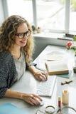 Concepto de la oficina de los datos del orden del día de señora Girl Business Career Imágenes de archivo libres de regalías