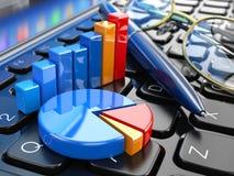 concepto de la oficina de negocios Gráfico y cartas en el teclado del ordenador portátil Imagenes de archivo