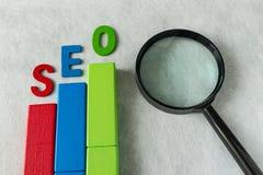 Concepto de la optimización del motor de SEO Search como bloque de madera colorido Imagen de archivo
