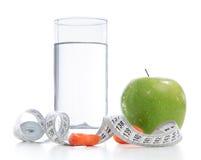 Concepto de la pérdida de peso con la manzana verde orgánica de la cinta métrica Imagen de archivo