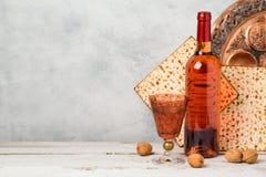 Concepto de la pascua judía con el vino y el matzoh sobre fondo rústico Foto de archivo libre de regalías