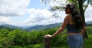 Concepto de la pasión por los viajes y del viaje con el espacio para el texto Viajero de la mujer en el top de montañas Manos de  almacen de metraje de vídeo