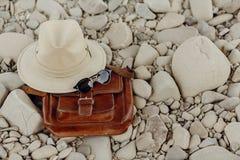 concepto de la pasión por los viajes y del viaje sombrero y sunglasse elegantes del inconformista Fotos de archivo
