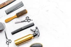 Concepto de la peluquería con las herramientas del peluquero en la maqueta blanca de la opinión superior del fondo Imágenes de archivo libres de regalías