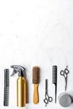 Concepto de la peluquería con las herramientas del peluquero en la maqueta blanca de la opinión superior del fondo Imagen de archivo
