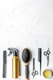 Concepto de la peluquería con las herramientas del peluquero en la maqueta blanca de la opinión superior del fondo Foto de archivo