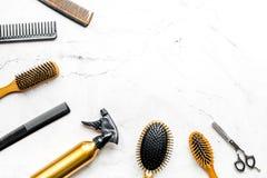 Concepto de la peluquería con las herramientas del peluquero en la maqueta blanca de la opinión superior del fondo Foto de archivo libre de regalías