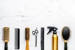 Concepto de la peluquería con las herramientas del peluquero en la maqueta blanca de la opinión superior del fondo Fotos de archivo libres de regalías