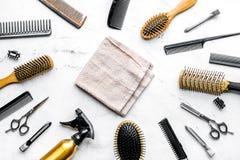 Concepto de la peluquería con las herramientas del peluquero en la opinión superior del fondo blanco Imagen de archivo libre de regalías