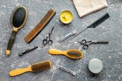 Concepto de la peluquería con las herramientas del peluquero en la opinión superior del fondo gris Foto de archivo