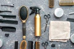 Concepto de la peluquería con las herramientas del peluquero en la opinión superior del fondo gris Fotografía de archivo libre de regalías