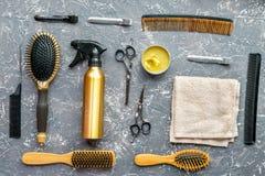 Concepto de la peluquería con las herramientas del peluquero en la opinión superior del fondo gris Imagenes de archivo