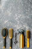 Concepto de la peluquería con las herramientas del peluquero en maqueta gris de la opinión superior del fondo Fotografía de archivo libre de regalías
