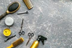 Concepto de la peluquería con las herramientas del peluquero en maqueta gris de la opinión superior del fondo Imágenes de archivo libres de regalías