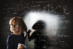 Concepto de la pizarra de la escritura de la niña imagenes de archivo