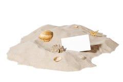 Concepto de la playa con la pila de arena y de una tarjeta en blanco Foto de archivo