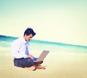 Concepto de la playa de Business Travel Working del hombre de negocios Fotografía de archivo libre de regalías