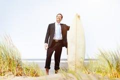 Concepto de la playa de Relaxation Surfing Summer del hombre de negocios fotografía de archivo libre de regalías