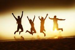 Concepto de la playa del viaje de la felicidad de los amigos Foto de archivo libre de regalías