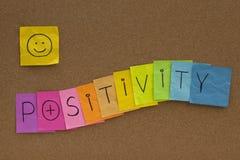 Concepto de la positividad con smiley en tarjeta del corcho Imagen de archivo