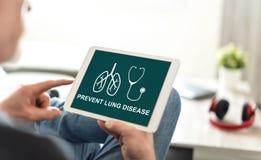 Concepto de la prevención de la enfermedad pulmonar en una tableta foto de archivo