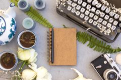 Concepto de la primavera o de la escritura del verano Escritorio femenino del trabajo con notepa Imagen de archivo libre de regalías