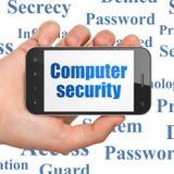 Concepto de la privacidad: Seguridad informática a mano que se sostiene Imagen de archivo libre de regalías
