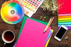 Concepto de la profesión con las herramientas del diseñador en la opinión superior del fondo del escritorio del trabajo imagenes de archivo
