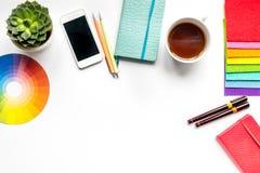 Concepto de la profesión con las herramientas del diseñador en maqueta de la opinión superior del fondo del escritorio del trabaj Foto de archivo libre de regalías