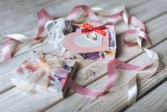 Concepto de la propuesta de matrimonio Un anillo de bodas en una caja de regalo en un cortejar Imágenes de archivo libres de regalías