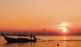 Concepto de la protección del medio ambiente: Paisaje de la silueta del barco de río de la puesta del sol imágenes de archivo libres de regalías