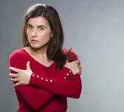 Concepto de la protección para la mujer crítica 30s con los brazos cruzados Foto de archivo libre de regalías