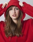Concepto de la protección para la mujer joven del streetwear hermoso Imagenes de archivo
